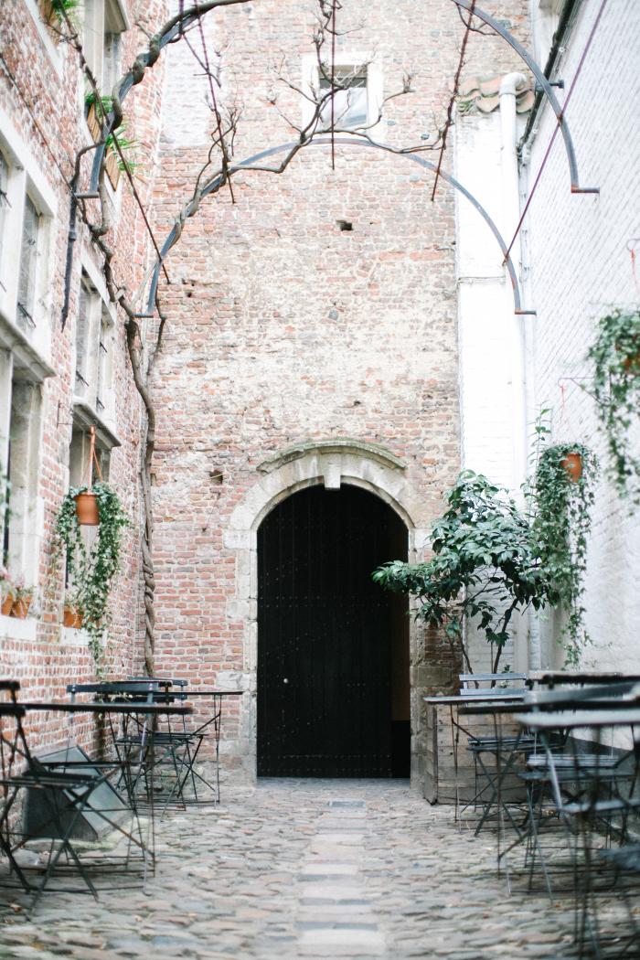 Patio-Dining-in-Antwerp-Belgium-700x1050